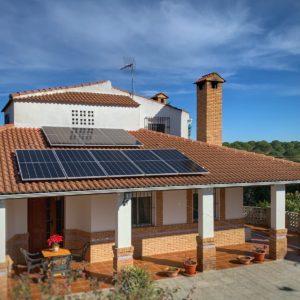 Casa con paneles fotovoltaicos vida util